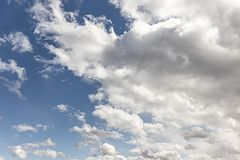Cumulus contre un ciel bleu photo stock