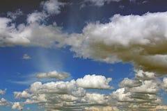 Cumulus dans le ciel bleu photos libres de droits
