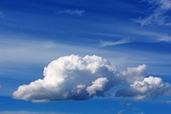 Cumulus dans le ciel bleu photographie stock libre de droits