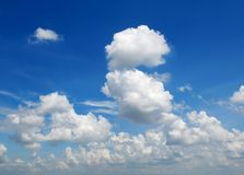 Cumulus dans le ciel bleu photographie stock