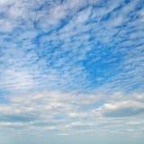Cumulus dans le ciel bleu photos stock