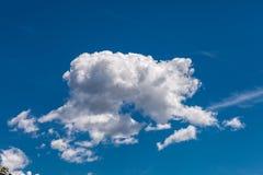 Cumulus dans le ciel bleu photo stock