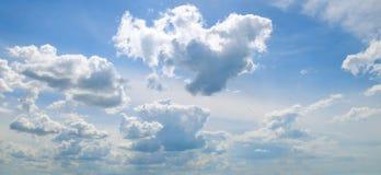 Cumulus dans le ciel bleu Photo large photographie stock libre de droits