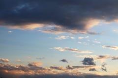 Cumulus dans le ciel de soirée dans les rayons du coucher de soleil L'atmosphère romantique Le cycle de l'eau en nature Vapeur et images stock