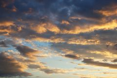 Cumulus dans le ciel de soirée dans les rayons du coucher de soleil L'atmosphère romantique Le cycle de l'eau en nature Vapeur et photographie stock libre de droits
