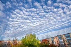 Cumulus de Cirrus au-dessus des maisons résidentielles image stock