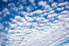 Cumulus de Cirrus au-dessus des maisons résidentielles photos libres de droits