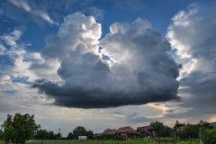 Cumulus de domination : un orage se développant au-dessus de la campagne idyllique de la Transylvanie, Roumanie photos libres de droits