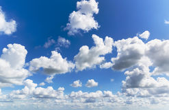 Cumulus en ciel bleu Images libres de droits