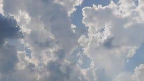 Cumulus en ciel bleu au coucher du soleil - laps de temps clips vidéos