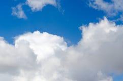 Cumulus en ciel bleu d'été photographie stock