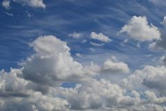 Cumulus en cirrus de wolken/Groot vinden voor ontwerpers, bloggers, enz. royalty-vrije stock foto's