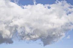 Cumulus en lambeaux en ciel bleu photos libres de droits