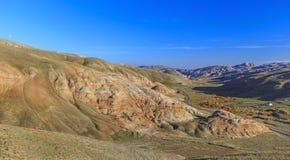 Cumulus en rode bergen in Khizi azerbaijan stock foto's