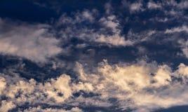 Cumulus et cirrus contre le ciel bleu égalisant de coucher du soleil image libre de droits