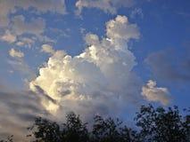 Cumulus et cirrus contre le ciel bleu images libres de droits