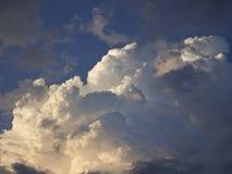 Cumulus et cirrus contre le ciel bleu image libre de droits