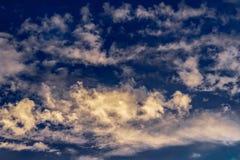 Cumulus et cirrus contre le ciel bleu ?galisant de coucher du soleil photographie stock libre de droits