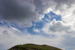 Cumulus et nuages noirs au-dessus d'arête de montagne Montagnes carpathiennes photos libres de droits