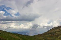 Cumulus et nuages noirs au-dessus des arêtes de montagne dans les montagnes carpathiennes photographie stock libre de droits