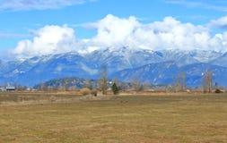 Cumulus et vallée de montagne photos libres de droits