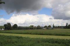 Cumulus foncés au-dessus des prés de Moordrecht aux Pays-Bas photographie stock libre de droits