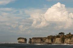 Cumulus géants au-dessus des falaises au cap Foulwind image libre de droits