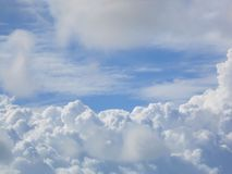 Cumulus gonflés épais photo stock
