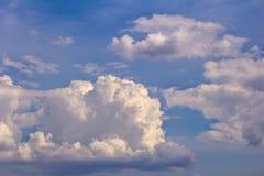Cumulus l?gers dans le ciel bleu photos stock
