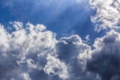 Cumulus l?gers dans le ciel bleu image libre de droits