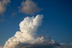 Cumulus nimbus énorme dans le ciel image stock