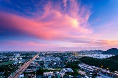 Cumulus oranges et roses dans le coucher du soleil avec le ciel bleu au-dessus de la ville, éclat de ciel, Chonburi Thaïlande image stock