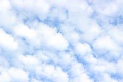 Cumulus pelucheux blancs, ciel bleu image libre de droits