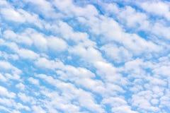 Cumulus pelucheux blancs, ciel bleu images stock
