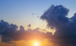 Cumulus pelucheux comme le fond de ciel photos libres de droits