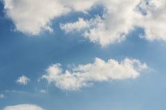 Cumulus pelucheux de fond naturel image stock