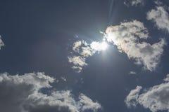 Cumulus pelucheux et ciel bleu du soleil vaste et ciel de nuages image libre de droits