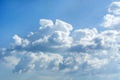 Cumulus pelucheux et laineux blancs dans un ciel bleu la journée de printemps photographie stock
