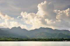 Cumulus pendant le coucher du soleil au-dessus de Koh Chang Island tropical, Tha?lande photographie stock libre de droits