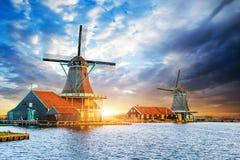 Cumulus sur le coucher du soleil au-dessus des moulins à vent néerlandais à Rotterdam Neth Photos stock