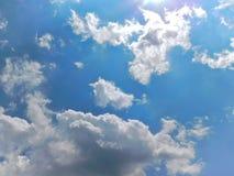 Cumulus un jour ensoleillé photos stock