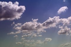 Cumulus vifs merveilleux dans le ciel pour l'usage dans la conception comme fond photographie stock