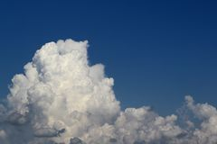 Cumulus vifs merveilleux pour l'usage dans la conception comme fond photo libre de droits
