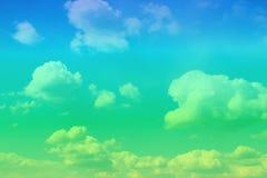 Cumulus vifs stupéfiants dans le ciel pour l'usage dans la conception comme fond photographie stock