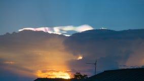 Cumulusu zmierzch chmurnieje z słońca położenia puszkiem Obraz Royalty Free