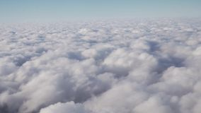 Cumuluswolken over de aardemening van de lengtevideo van de venstervoorraad stock video