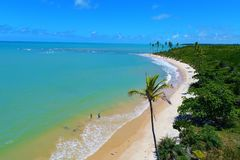 Cumuruxatiba, Baía, Brasil: Ideia aérea de uma cena bonita da praia foto de stock royalty free