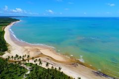 Cumuruxatiba, Bahia, Brazilië: Satellietbeeld van een mooi strand Fantastisch landschap Grote strandmening royalty-vrije stock afbeeldingen