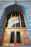 Cunard-Linie Gebäudetür mit dem Gebäude, das in den Fenstern sich reflektiert Lizenzfreie Stockfotos