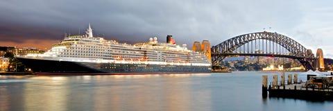 Cunards drottning Victoria på den internationella passagerarterminalen nära Sydney Harbour Bridge Royaltyfri Foto